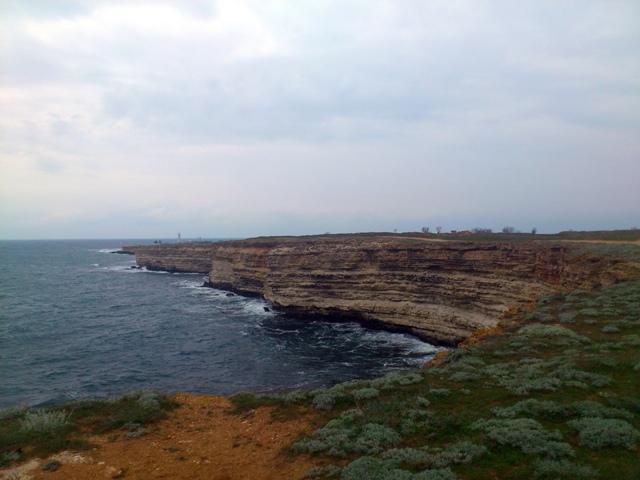 Природа в Черноморском районе потрясающая: длинные песчаные пляжи соседствуют с обрывистыми скалистыми берегами, грязевыми озерами и степью.