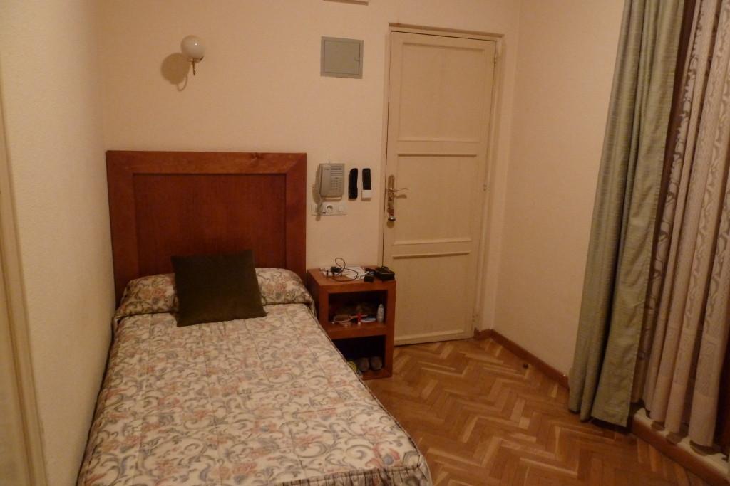 Так выглядел мой одноместный номер с ванной комнатой в гостинице в Мадриде. Простой, но уютный, с мягкой кроватью, телевизором, холодильником и ежедневной уборкой. Цена вопроса - 250 евро (около 14 тысяч рублей).